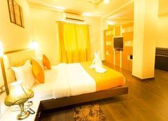 Chas Rajdarbar Hotel & Banquets - สิริกุรี - ห้องนอน