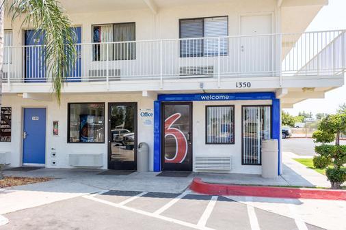 Motel 6 Bakersfield Convention Cent - Bakersfield - Building