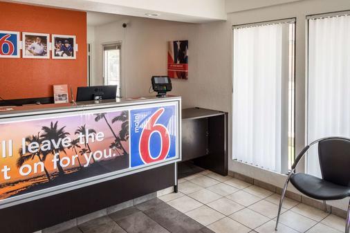 Motel 6 Bakersfield Convention Cent - Bakersfield - Front desk