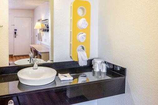 Motel 6 Bakersfield Convention Cent - Bakersfield - Bathroom
