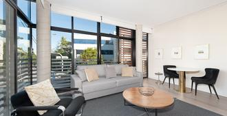 Uber Chic Newtown Designer Pad H392 - Sydney - Living room