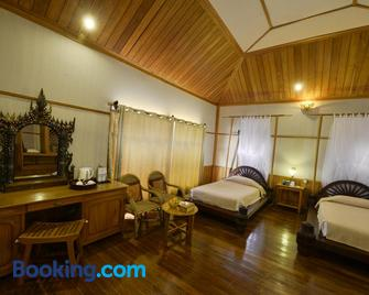 Shwe Inn Tha Floating Resort Hotel - Nyaungshwe - Bedroom