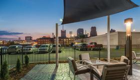 La Quinta Inn & Suites by Wyndham Memphis Downtown - Memphis - Balcón