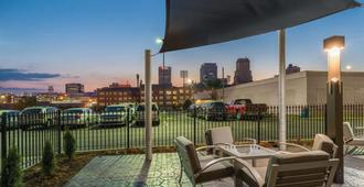 La Quinta Inn & Suites by Wyndham Memphis Downtown - ממפיס - מרפסת