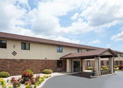 Super 8 by Wyndham Oshkosh Airport - Oshkosh - Edifício