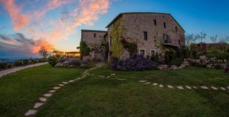 Castello DI Petrata - Asís - Vista del exterior