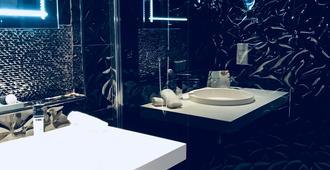 Grand Hôtel de Nîmes - Nimes - Bathroom