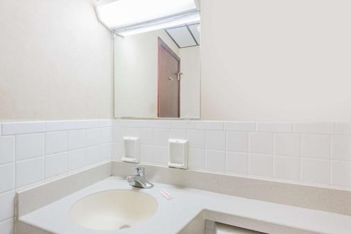 Days Inn by Wyndham Pittsburgh - Pittsburgh - Bathroom