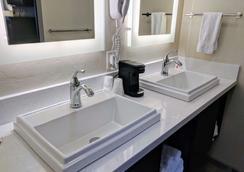Days Inn by Wyndham Prescott - Prescott - Bathroom