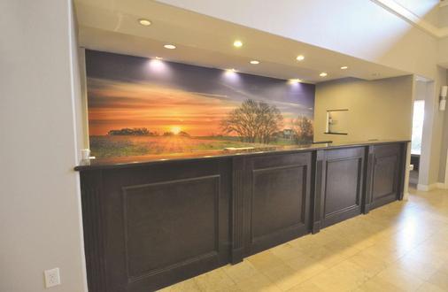 La Quinta Inn & Suites by Wyndham Brookshire - Brookshire - Rezeption