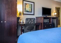 Quality Inn & Suites - Ankeny - Bedroom