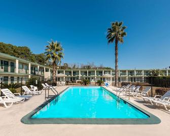 Days Inn by Wyndham Richmond Hill/Savannah - Richmond Hill - Басейн