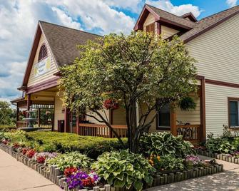 Econo Lodge & Suites - Grand Rapids - Building