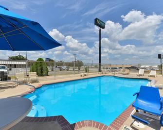 Quality Inn - Gonzales - Pool