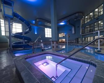 Holiday Inn Express Hotel & Suites in North East (Erie), an IHG Hotel - North East - Pool