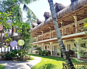 Mike's Dauin Beach Resort - Dauin - Gebouw