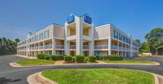 Motel 6 Raleigh North - ראליי - בניין