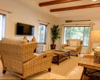 Newly Constructed Town Home with Pool, Close Proximity to Beach and Town #1 - Dunmore Town