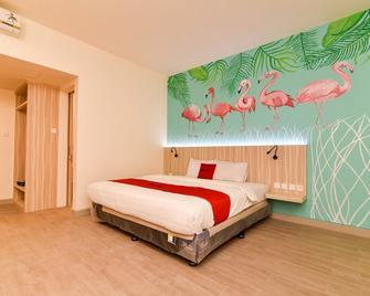 RedDoorz Plus @ Ketapang Satu Beach Kupang - Kupang - Bedroom