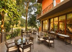 Taj Corbett Resort & Spa, Uttarakhand - Гарджия - Ресторан