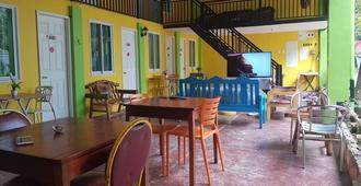 C Hostel Annex - Puerto Princesa - Εστιατόριο