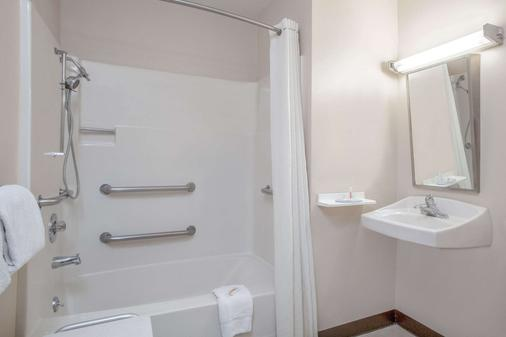 Super 8 by Wyndham Carlisle North - Carlisle - Bathroom