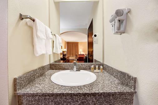 Days Inn by Wyndham Dallas Plano - Plano - Bathroom