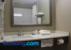 Meridian Inn & Suites - Lloydminster - Bathroom
