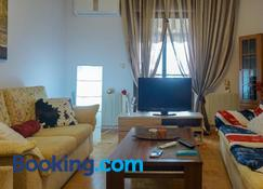Peaceful & Styled Flat, 2 Bdrms, Wifi, Smart Tv - Kavála - Living room