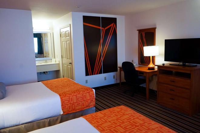 Howard Johnson by Wyndham Salinas - Salinas - Bedroom