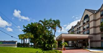 Holiday Inn Express & Suites Ft Lauderdale N - Exec Airport - Fort Lauderdale - Bygning
