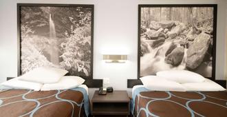 Super 8 by Wyndham Cleveland - Cleveland - Bedroom