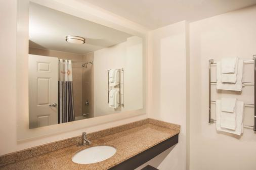 La Quinta Inn & Suites by Wyndham Chicago Downtown - Chicago - Bathroom