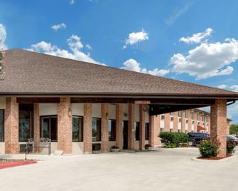 Baymont Inn & Suites by Wyndham San Marcos Outlet Malls - San Marcos - Building