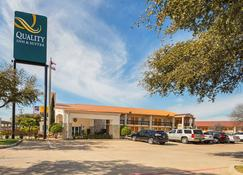Quality Inn and Suites North Richland Hills - North Richland Hills - Building