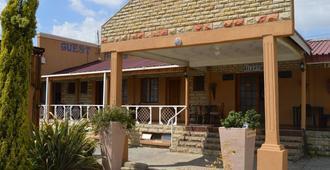 J And E Cyaara Guest House - Maseru