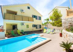 Sunshine Apartments Lumbarda - Lumbarda - Pool