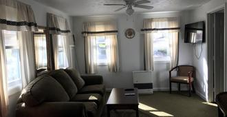 Exit 5 Motel & Cottages - Saco - Living room