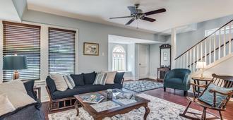 A cozy, comfortable family getaway - San Antonio - Sala