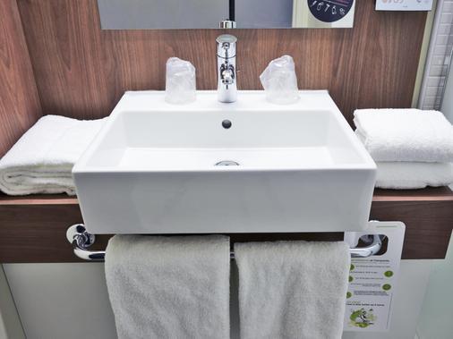 Campanile Lyon Centre - Gare Perrache - Confluence - Lyon - Bathroom
