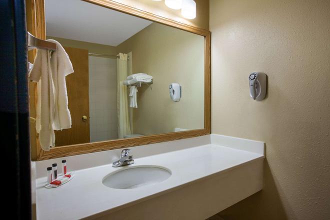 Baymont by Wyndham, Franklin - Franklin - Bathroom