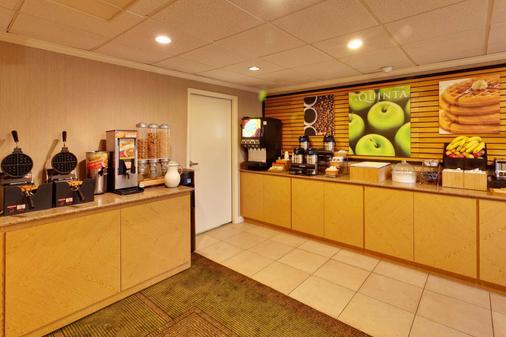 La Quinta Inn & Suites by Wyndham Plattsburgh - Plattsburgh - Buffet