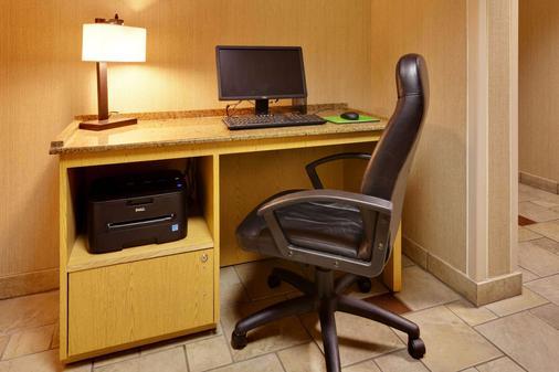 La Quinta Inn & Suites by Wyndham Plattsburgh - Plattsburgh - Business centre