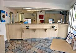 Motel 6 Reno Livestock Events Center - Reno - Front desk