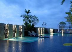 桑尼大酒店 - 烏汶府 - 烏汶 - 游泳池