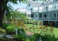 Queen Anne Inn - Chatham - Outdoors view