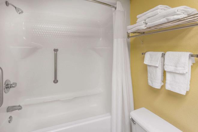 Baymont by Wyndham, Fayetteville - Fayetteville - Bathroom