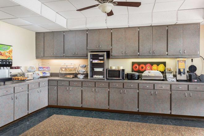 Baymont by Wyndham, Fayetteville - Fayetteville - Buffet