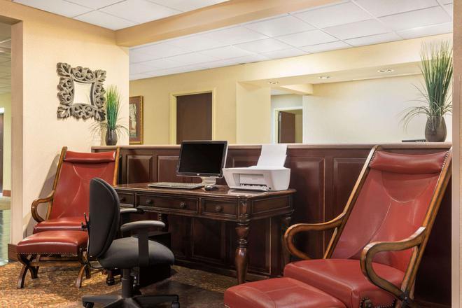Baymont by Wyndham, Fayetteville - Fayetteville - Business center