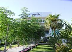 Luganvilla Business Hotel And Restaurant - Luganville - Edificio